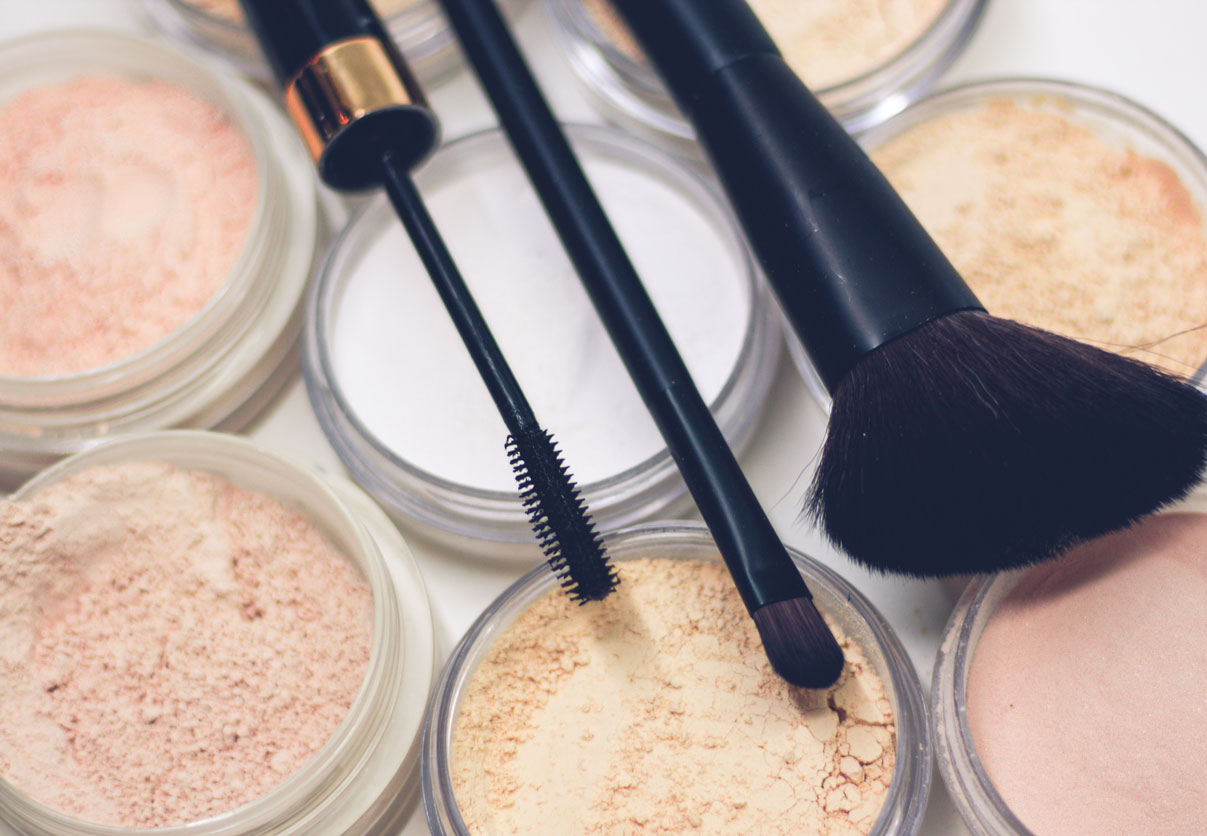 Makeup powders and makeup brushes